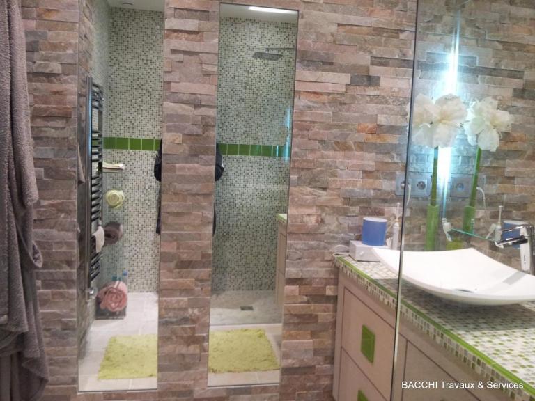 Miroirs sur mesures encastrés donne de la profondeur à la pièce