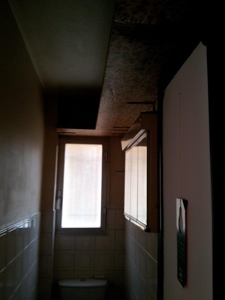 WC : sombre et encombré