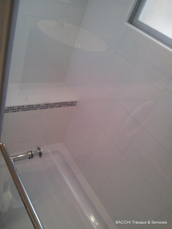 Grand douche avec un banc