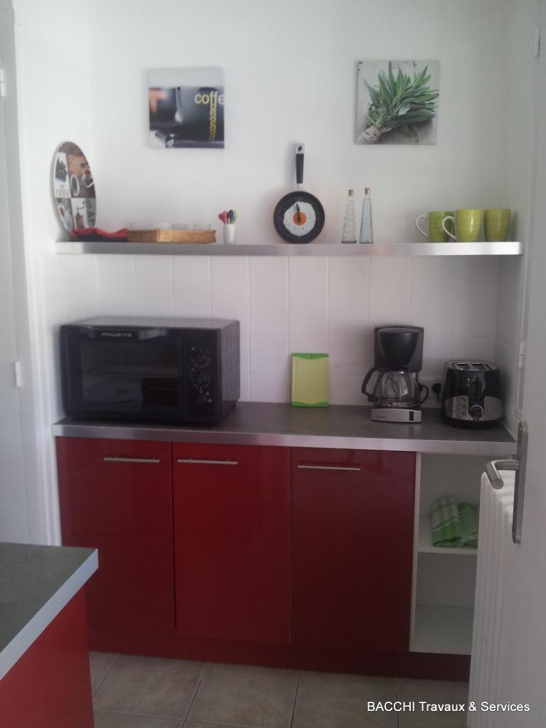 Pas de meubles hauts, mais des étagères pour un aspect moderne