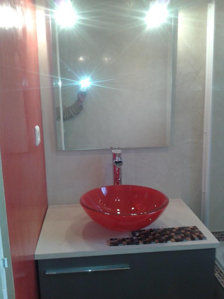 Vasque rouge, mur rouge